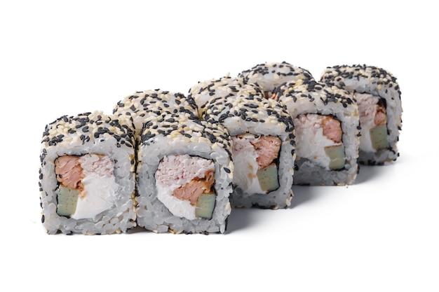 白い背景で隔離の巻き寿司のクローズアップ画像