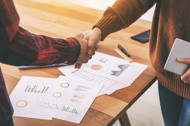 Крупным планом изображение двух бизнесменов, пожимая руки после встречи