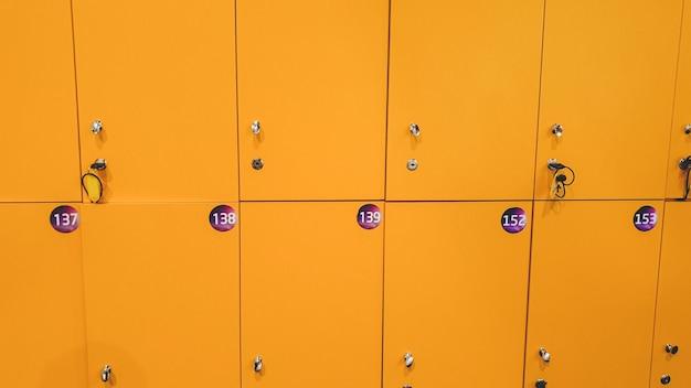 탈의실이나 쇼핑몰에 있는 노란색 사물함의 근접 촬영 이미지