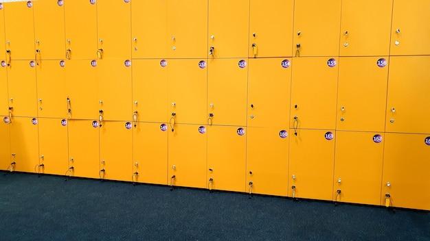 ジムの脱衣所にある黄色いロッカーのクローズ アップ画像