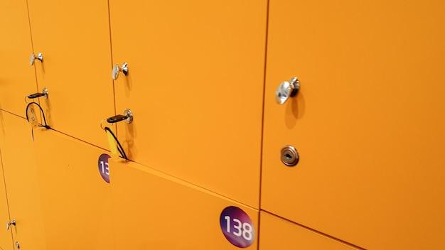 체육관 탈의실에 있는 노란색 사물함의 근접 촬영 이미지