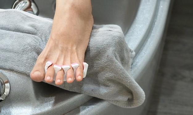 휴식을 원하는 여성을 위한 풋스파와 다리마사지, 네일샵의 클로즈업 이미지