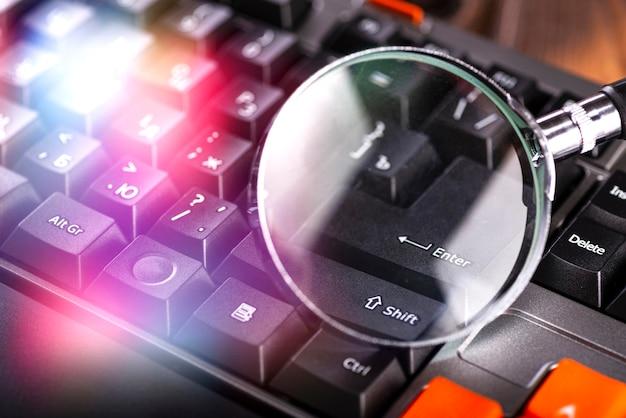 노트북 키보드에 돋보기의 근접 촬영 이미지입니다.