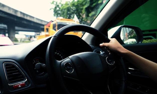 Крупным планом изображения руки женщины за рулем и управлением автомобилем с уверенностью и безопасностью, какой автомобиль
