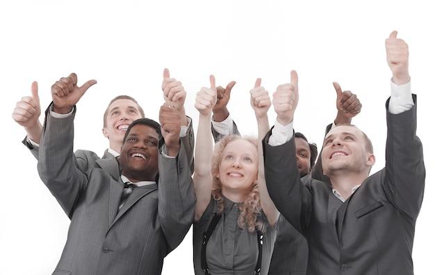 Крупным планом. международная бизнес-команда показывает палец вверх и смотрит на пространство для копирования