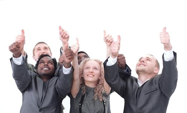 Крупный план. международная бизнес-команда показывает палец вверх и смотрит на пространство для копирования