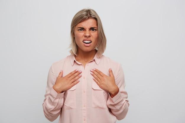 Primo piano della giovane donna bionda dispiaciuta irritata