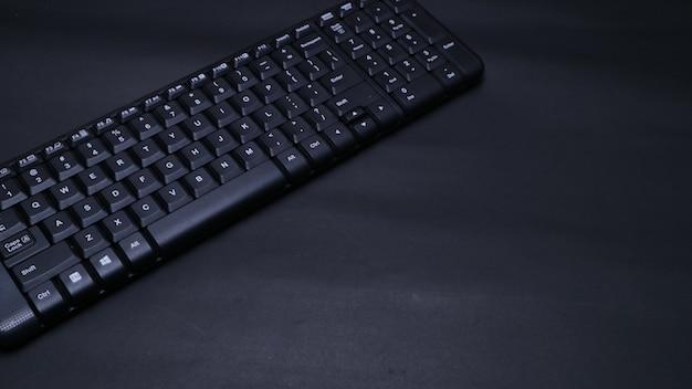 Клавиатура крупным планом на черном плоском фоне