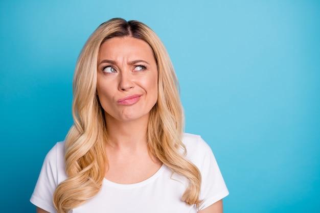 クローズアップの女性の疑わしい表情は空きスペースに見えます