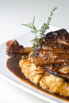 산타 카타리나 이탈리아 음식 중서부의 전형적인 요리인 폴렌타를 곁들인 근접 촬영 양고기