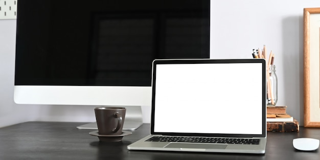 근접 촬영 노트북 컴퓨터 거실 질서있는 흰 벽에 사무실 물건과 함께 흰색 책상에 퍼팅