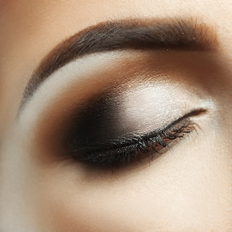 스튜디오에서 화장을 하고 눈을 감고 있는 여성의 클로즈업 매크로 사진