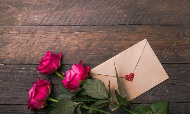 クローズアップ、マクロ撮影。ピンクのバラの花。バレンタインデーの自然な明るいバラの背景