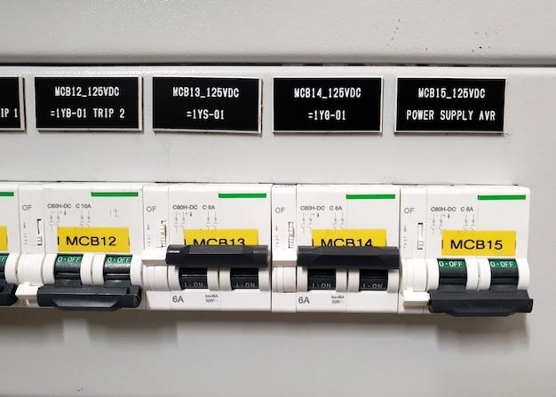 クローズアップmcbミニチュアサーキットブレーカacおよびdc制御回路のメイン