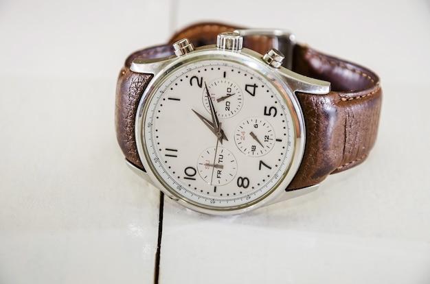 Мужские наручные часы крупным планом