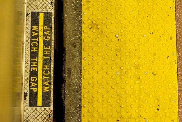 Крупным планом метро предупреждающий знак