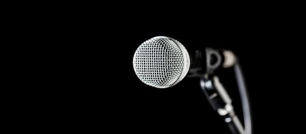 Микрофон крупного плана. вокальный аудиомикрофон на черном фоне. аудиотехника. концерт караоке, поют звук. микрофон, микрофон, караоке, концерт, голосовая музыка. скопируйте пространство.