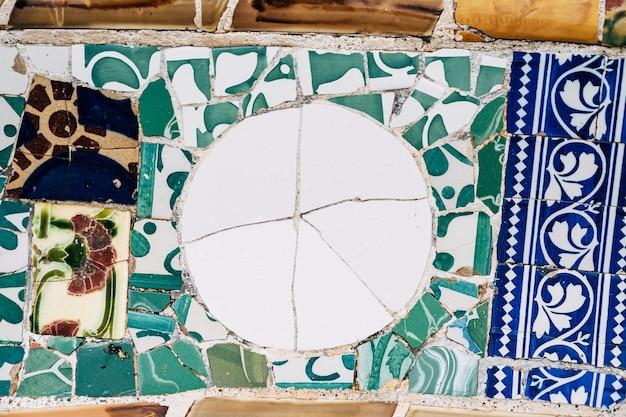 グエル公園バルセロナのクローズアップモザイクアントニオガウディ