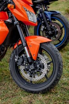 オートバイの駐車場に駐車しているクローズアップバイク