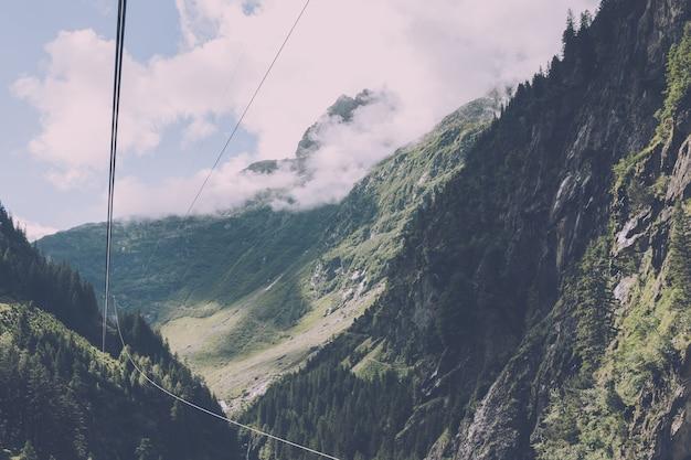 山のクローズアップシーン、スイス、ヨーロッパの国立公園のドリフトブリッジへのケーブルカー。夏の風景、晴天、曇り空、晴れた日