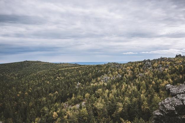 国立公園カチカナル、ロシア、ヨーロッパのクローズアップ山のシーン。曇りの天気、劇的な青い空、遠くの緑の木々。カラフルな夏の日