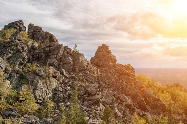 Сцены гор крупным планом в национальном парке качканар, россия, европа. пасмурная погода, драматическое голубое небо, вдалеке зеленые деревья. красочный летний день
