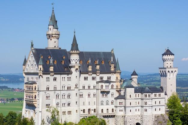 Замок нойшванштайн крупным планом на холме летом