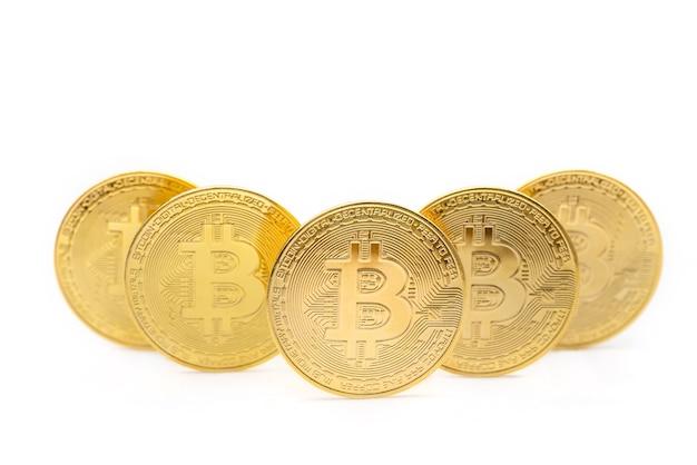 5 골드 bitcoin 동전 흰색 배경에 고립의 근접 촬영