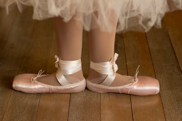 Крупным планом ноги балерины в пуантах на деревянном полу Premium Фотографии