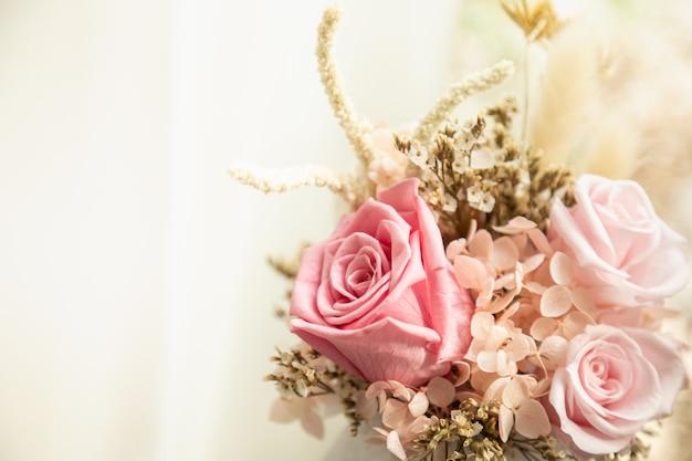 텍스트를 위한 복사 공간이 있는 분홍색 장미의 아름다운 꽃다발을 닫습니다.