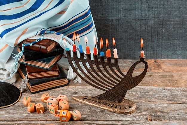 Крупным планом горящего ханукального подсвечника со свечами меноры