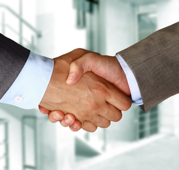 Крупным планом деловое рукопожатие между двумя коллегами