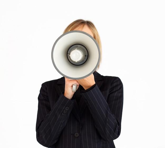 Макрофотография бизнесмен с мегафон скрывает ее лицо
