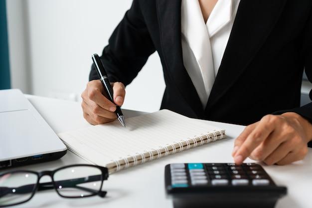 Крупный план коммерсантки, работающей на своем рабочем месте в офисе. бизнес-концепция.
