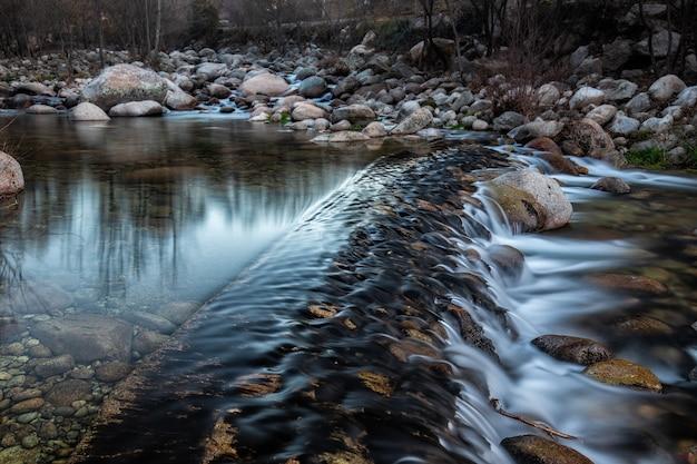 숲에서 물 폭포의 근접 촬영