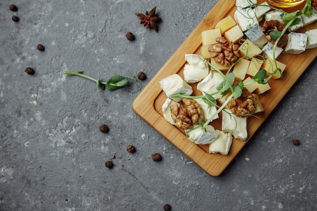 Крупным планом сырная тарелка видов сыра