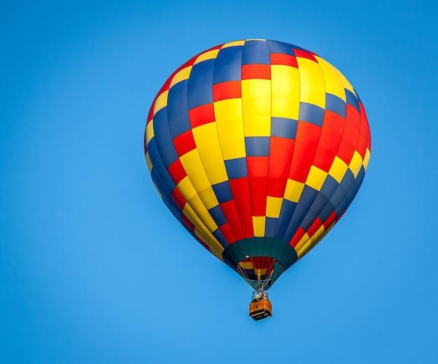 Крупным планом красочный воздушный шар на фоне ясного голубого неба