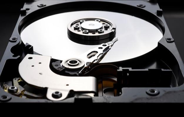 컴퓨터 하드 디스크 내부 부품의 근접 촬영입니다.