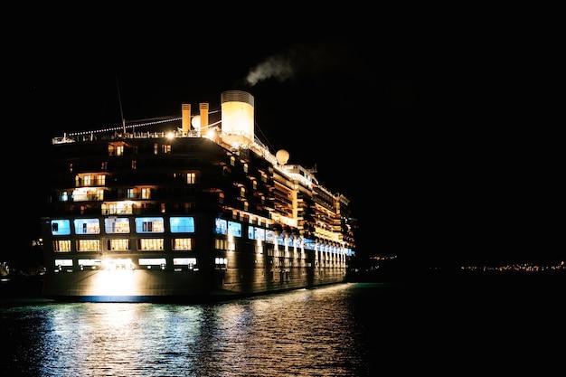 배의 야간 야간 조명에 바다에서 크루즈 라이너의 근접 촬영