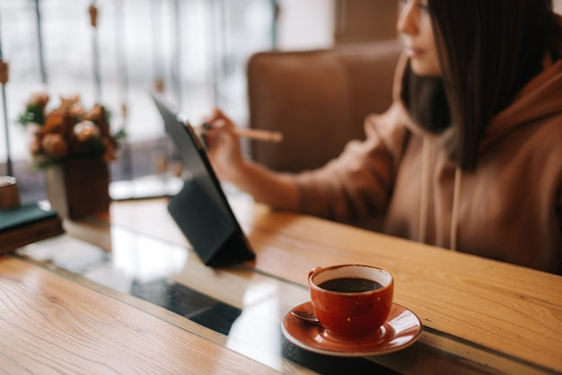 카페 테이블에 있는 진한 커피 한 잔의 클로즈업