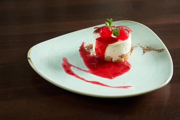 Макрофотография вкусный свежезаваренный чизкейк с вишневым сиропом
