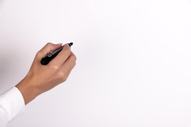 白いコピースペースに分離されたマーカーで女性の手書きのクローズアップ