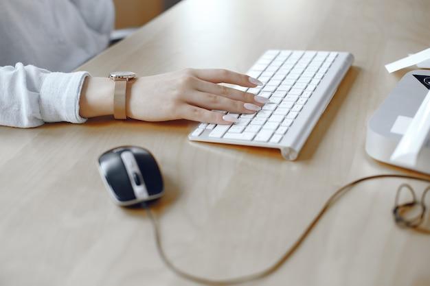 ノートパソコンで入力するのに忙しい女性の手のクローズアップ。オフィスの女性。