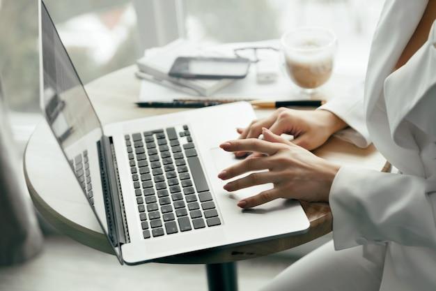 노트북에 여성 손 바쁜 입력의 근접 촬영. 노트북 컴퓨터에서 일하는 여자 손을 닫습니다. 재택 근무. 격리 및 사회적 거리두기 개념.