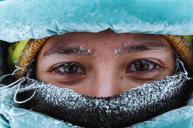 Крупным планом женщина-альпинист в зимнее время