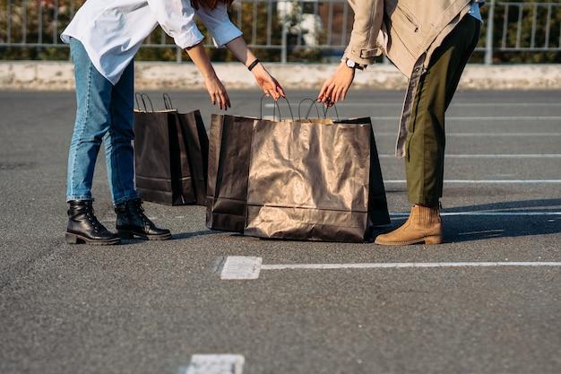 여자의 근접 촬영은 쇼핑백을 열고 구매를 고려하고 있습니다.