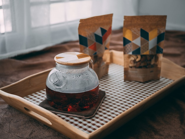 木製のトレイに木製のキャップとガラスの瓶のクローズアップ