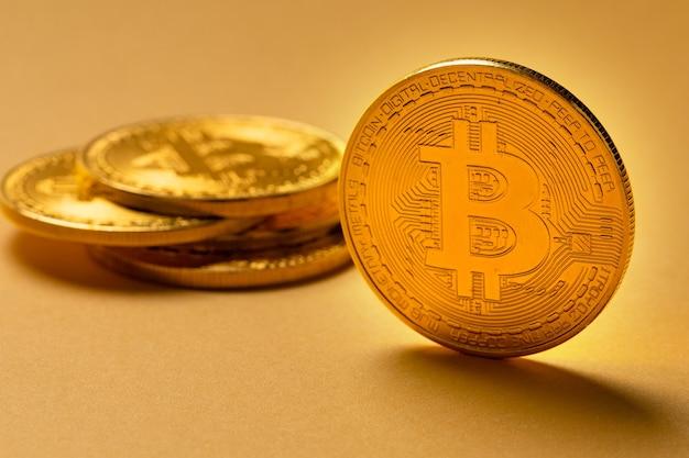 コインの山にあるゴールドビットコインのクローズアップ仮想通貨またはブロックチェーン暗号通貨大きな黄色のコピースペース