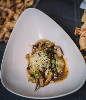 Крупный план изысканной порции грибной схватки в модном ресторане