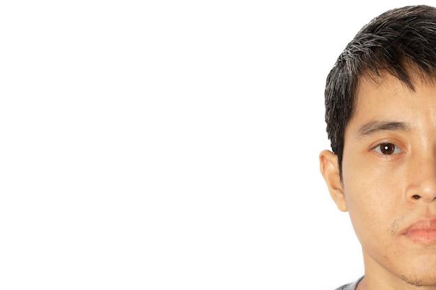 흰색 바탕에 반 얼굴 젊은 아시아 남자의 근접 촬영.